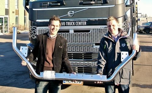 Hio-Mexin Tapani Arokoski (vas) ja Volvo Finlandin Juha-Matti Raatikainen  uuden FH mallin valotelineen kanssa.