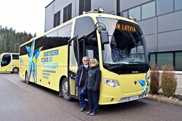 Latvian joukkueen käyttöön tulevan auton rinnalla Pukkilan Liikenne Oy:tä hoitava sisaruspari Erja ja Jarkko Lehtinen.